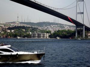 Le pont sur le Bosphore et le palais Beylerbeyi sur la rive orientale